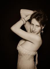 Ritratto seppia di una modella sensuale