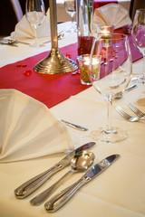 Gastronomie: Eingedeckter Tisch zum Valentinstag