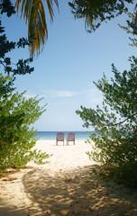 Пляж остров песок море стулья шезлонги для двоих