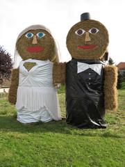 Brautpaar aus Strohrollen