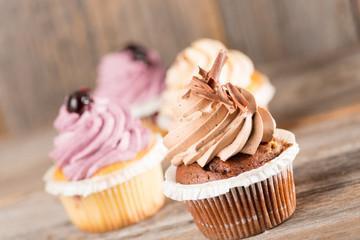 Cupcake auf Holzhintergrund