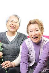 大爆笑する二人の高齢の女性