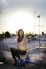 nachdenkliche Frau auf einem Dach