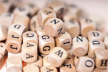 kleine Holzwürfel mit Buchstaben