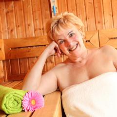 ältere Dame in der Sauna 2