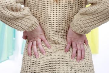 Frau mit Rückenschmerzen