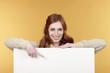 Frau zeigt auf weiße Tafel
