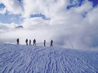 sciatori sulle piste da sci