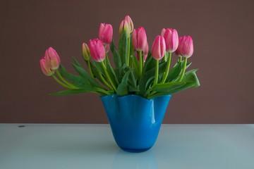 Tulipani rosa in vaso blu