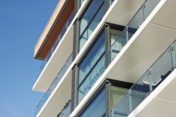 Modernes Wohnhaus mit Balkons