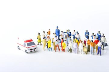 救急車を呼ぶ大勢の人々