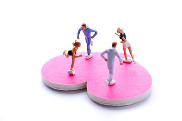 ピンクのハートの上を走っている男女