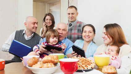 multigeneration family using electronic devices