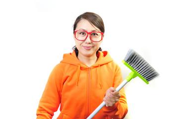掃除道具を持ったオレンジの服をきた女性