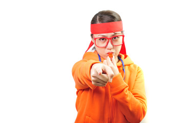 笛を吹いて注意する女性