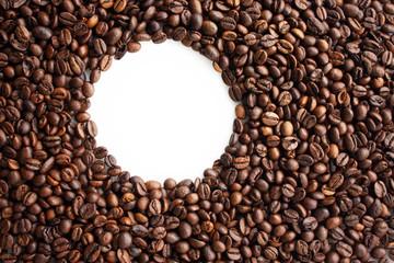 Sfondo chicchi caffè con cerchio vuoto bianco
