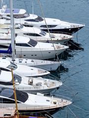 Jachthafen mit Segeljachten