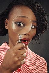 femme noire sixties avec loupe