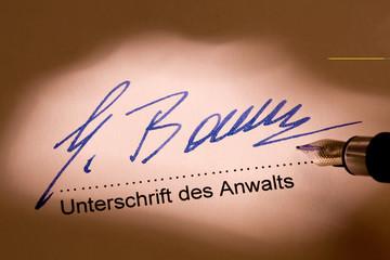 Handschriftliches Dokument wird unterschrieben