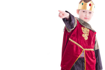 Kind als König verkleidet, zeigt auf