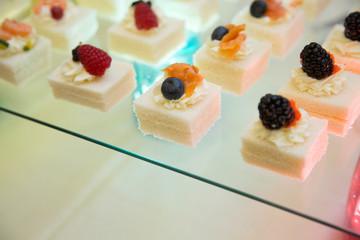 tartine in fila con frutti rossi