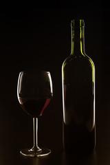 Silhouette di bottiglia e bicchiere di vino rosso