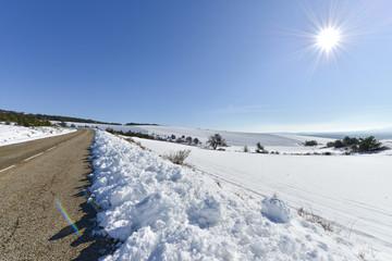 route dans la campagne enneigée