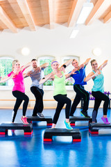 Gruppe bei step training in Fitnessstudio
