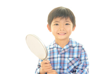 手鏡を持つ男の子