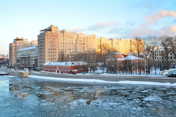 Москва, театр Эстрады и храм Николая Чудотворца на Берсеневке