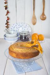 Bizcocho de naranja para el desayuno en la mesa de la cocina