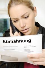 Frau telefoniert wegen Abmahnung