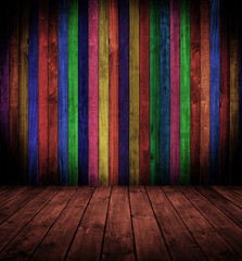 Innenraum mit farbigen Holzbrettern.