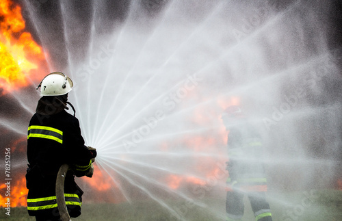 Leinwanddruck Bild Firefighters extinguish the fire during training