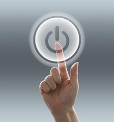 電源スイッチを押す手