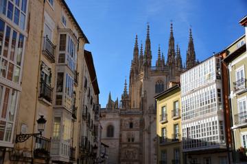 catedral de burgos entre las casas tipicas del centro de burgos