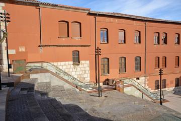 plaza con escaleras mecanicas en la parte vieja de burgos
