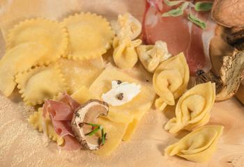 Ravioli e tortellini freschicon prosciutto crudo e funghi