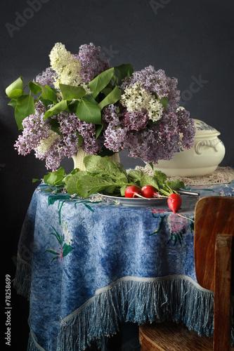 Foto op Canvas Lilac букет сирени и редис на синей бархатной скатерти