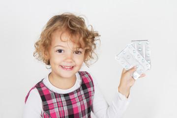 bambina con le medicine in mano