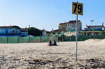 Cartello sulla spiaggia in inverno