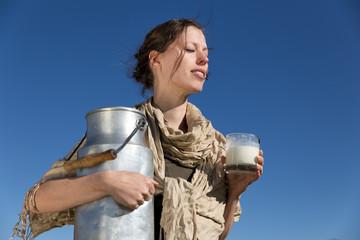 Frau geniesst die Sonne und ihre Milch
