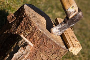holzblock mit Axt und Spaltholz, closeup