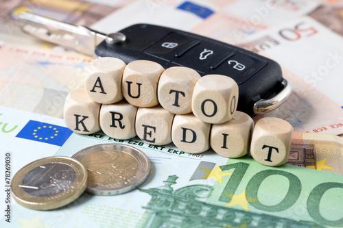 Geld und Holzwürfel mit den Worten Auto Kredit - 78269030