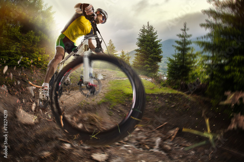 Zdjęcia na płótnie, fototapety, obrazy : Sport. Mountain Bike cyclist riding single track
