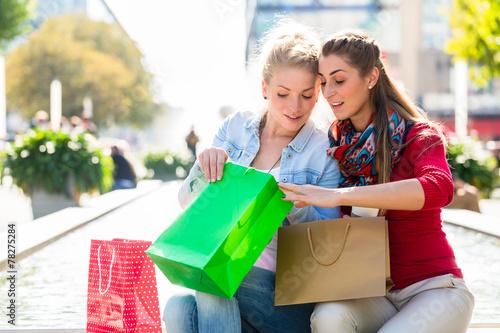 canvas print picture Frauen beim Einkaufen mit Einkaufstüten in Stadt