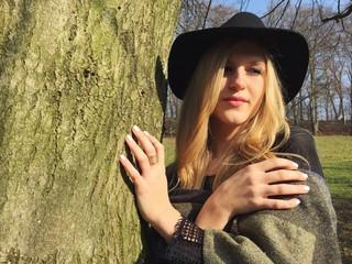 Frau posiert an Baum