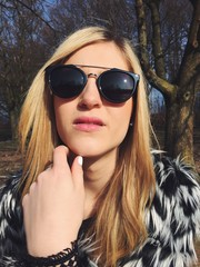 Frau mit Sonnenbrille