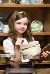 Девочка в старинном магазине