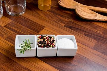 Rosmarin, Pfeffer und Salz